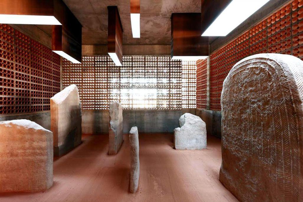 S'hi presenten les grans escultures antropomorfes decorades d'època neolítica trobades a Seró.
