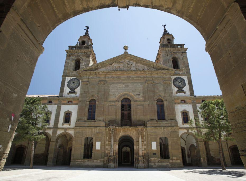 Vista de la façana interior de la Universitat de Cervera on destaca el timpà, obra de Jaume Padró. Generalitat de Catalunya. Foto: Josep Giribet.