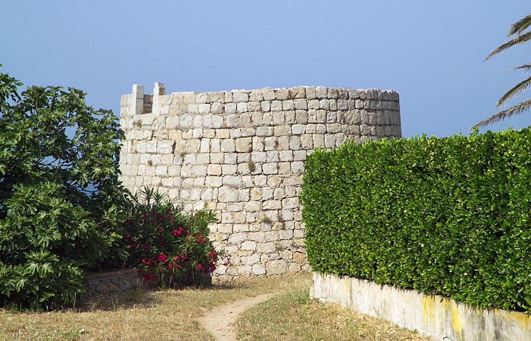 Extérieur de la tour du Pedró, mutilée en raison de la réutilisation des pierres dans d'autres bâtiments.