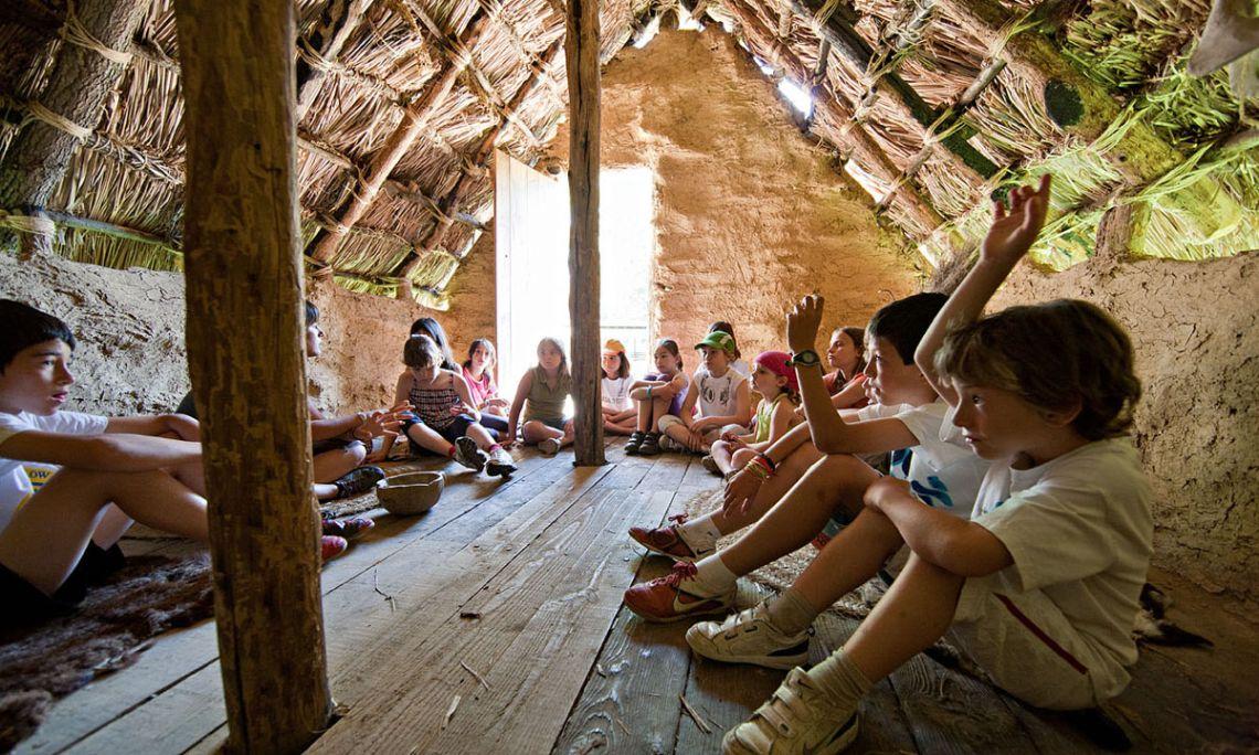 Actividades en las cabañas neolíticas (Arqueoxarxa, Josep Casanova).