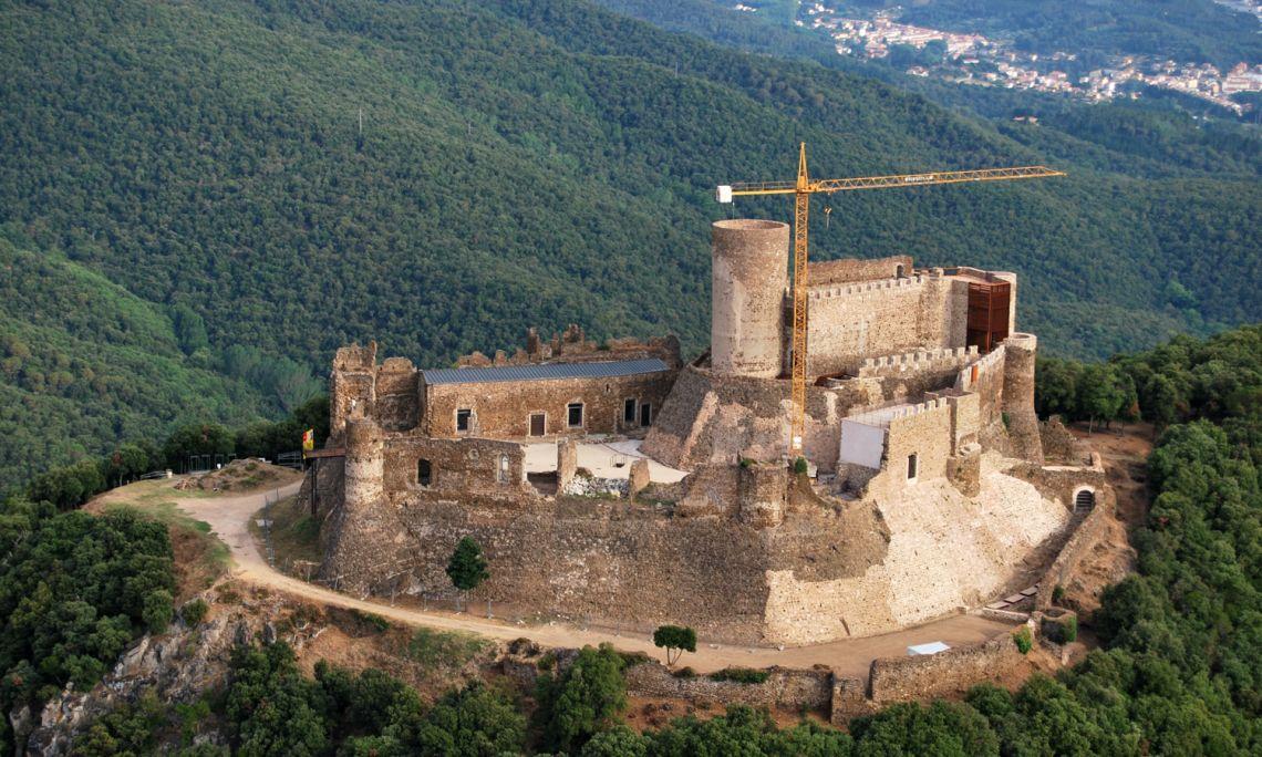 El castillo de Montsoriu, dentro del Parque Natural del Montseny, es una de las mejores muestras de arquitectura militar de Cataluña.