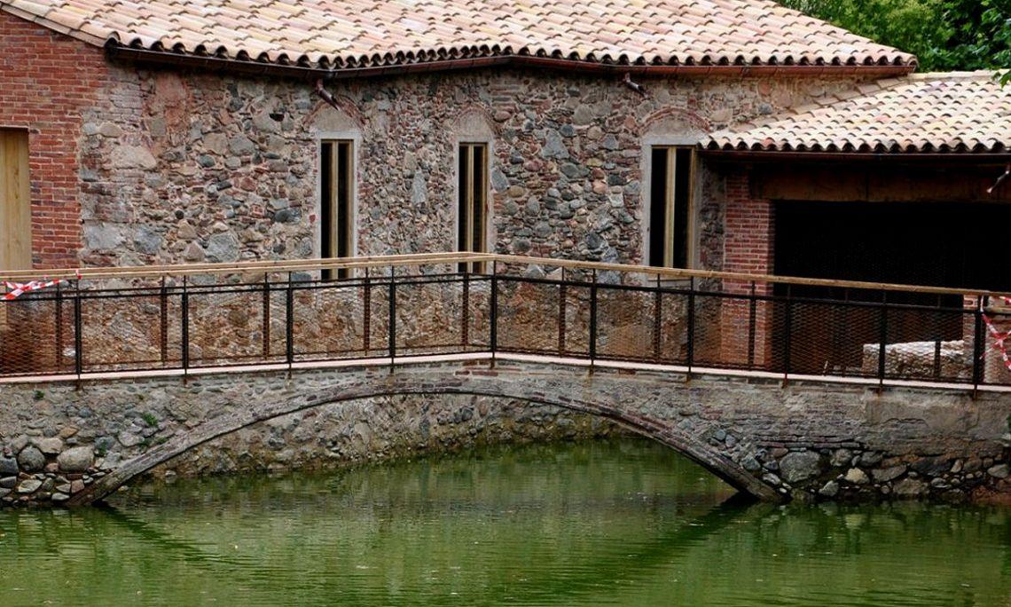 La Farga del Roquer es uno de los mejores testimonios de la primera industrialización en el Montseny. Está ubicada en el centro de Arbúcies y vinculada a la oferta patrimonial del Museo Etnológico del Montseny.