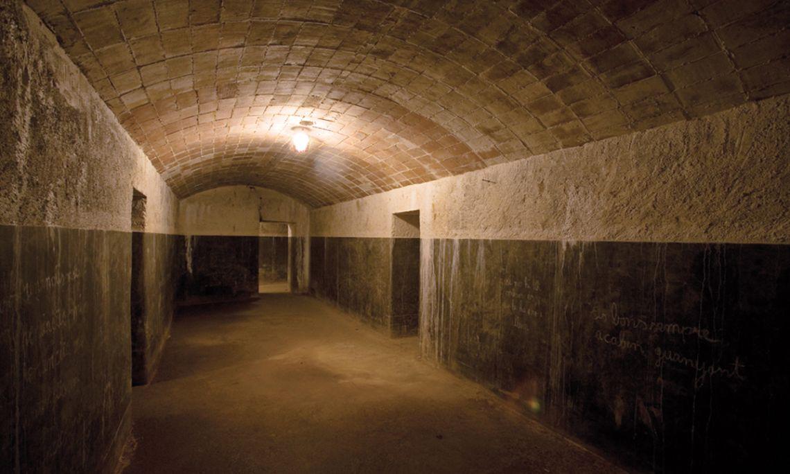 Abri anti-aérien sectorisé construit en 1938 pouvant accueillir 700 personnes environ. Il était équipé d'un éclairage électrique.