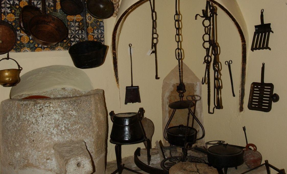 Vista de la llar de foc, amb diferents objectes propis de la cuina a pagès. MCC. Foto: Jordi Prat.