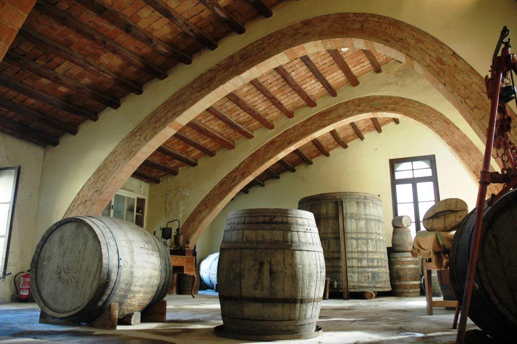 El Museu Agrícola es troba dins de l'antic celler de la Cooperativa Agrícola de Cambrils, obra de Bernardí Martorell.