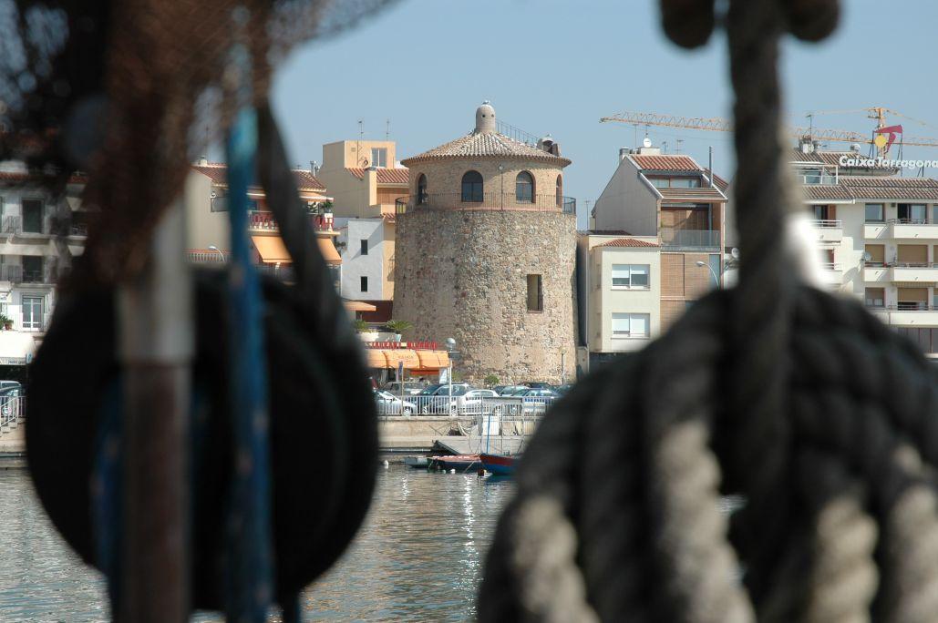 La Torre del Port ha esdevingut un dels símbols turístics de Cambrils en trobar-se al mig de la façana marítima.