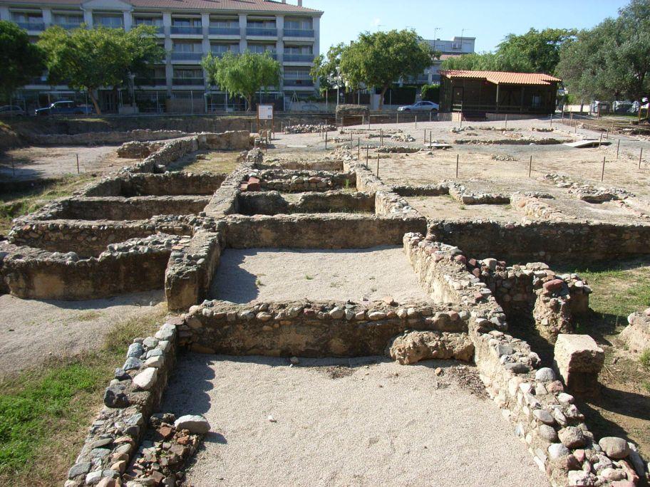 The Roman Villa of La Llosa is open to the public all the year.