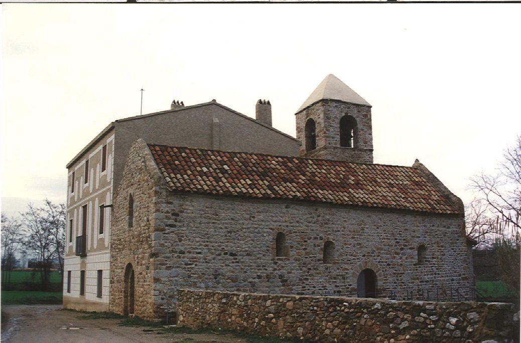 Església d'origen romànic de Sant Pau de Riu-sec. Al seu costat, hi ha la rectoria, del 1798