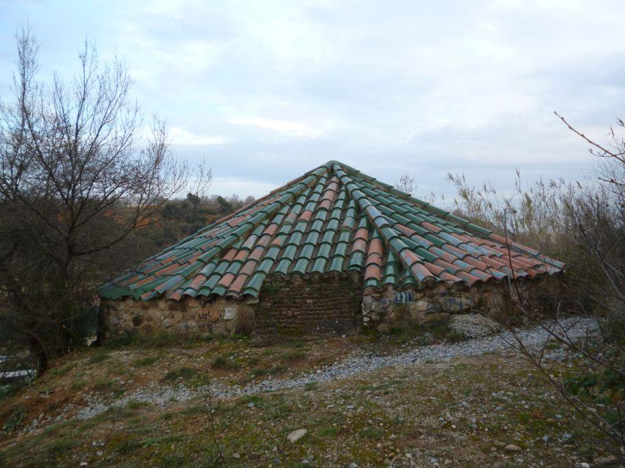 Vue du puits de glace de Sant Oleguer et de l'accès aménagé dans les années quatre-vingt-dix.