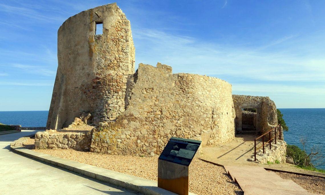Vista exterior del castillo de Sant Esteve de Mar. Fotografía de Jordi Gili.