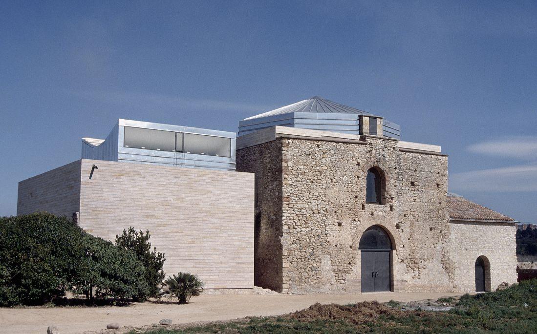 Vue actuelle de la façade principale de l'ensemble monumental de Centcelles (Constantí).