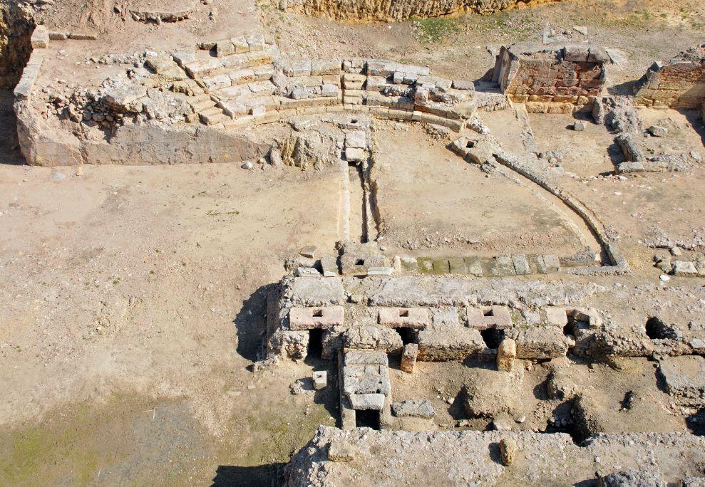 Vista del teatro romano, donde se pueden observar los restos conservados de las graderías y parte delscaenae frons.
