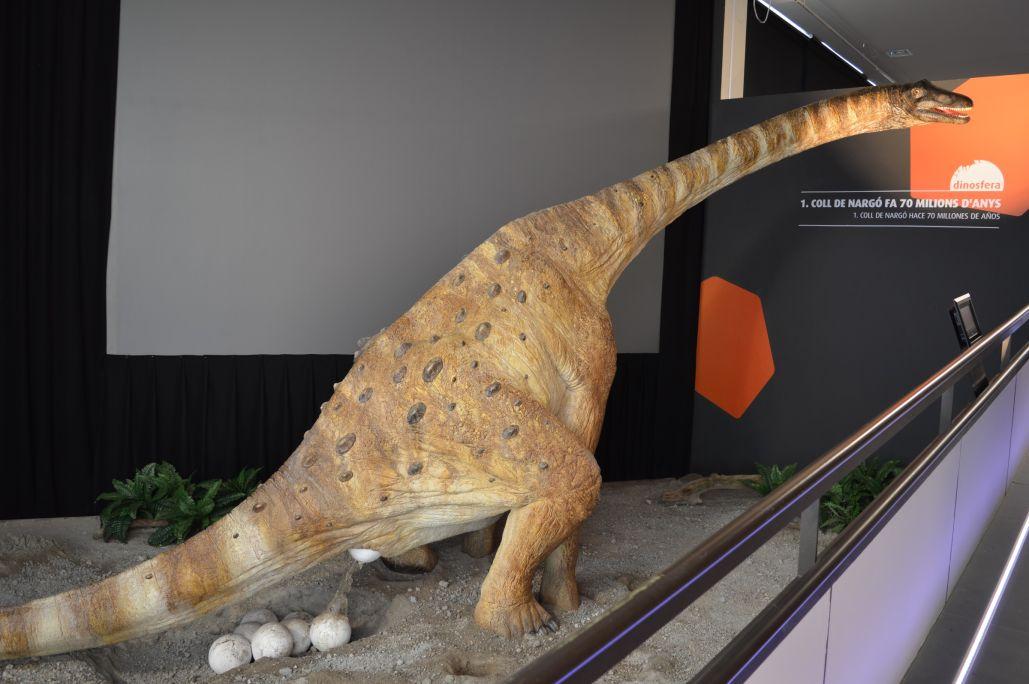 Reconstrucción a tamaño real de un titanosauro durante la puesta de los huevos