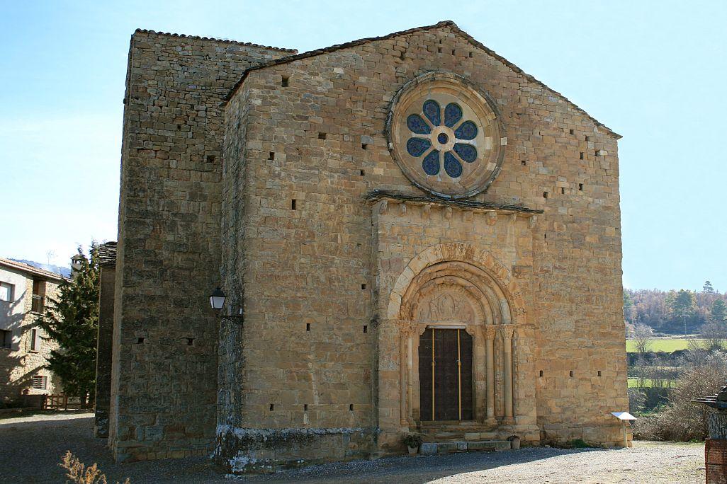 Vista de la façana est de l'església romànica de Santa Maria de Covet.