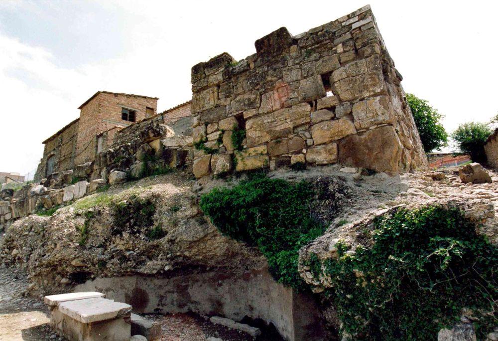 Vista de la torre sud de la muralla romana d'Aeso