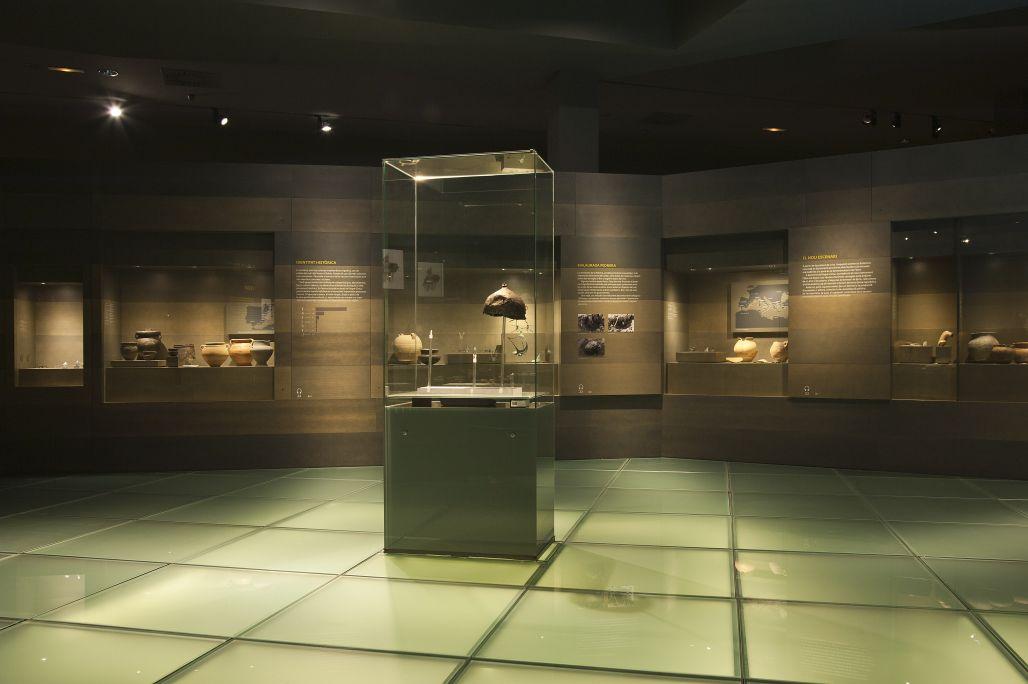 Interior del Museu de Lleida. Vista d'un dels àmbits sobre el món ibèric i la cultura dels ilergets.