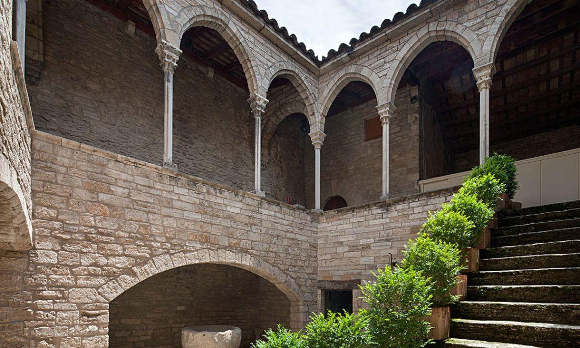 Eth pati interior dera Pia Almoina (s.xiv), edifici principau deth MACB (Arqueoxarxa, Josep Casanova).