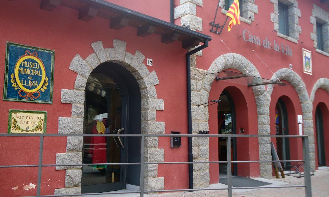 El Museu Municipal de Llívia se situa a l'edifici de l'Ajuntament, davant de l'església