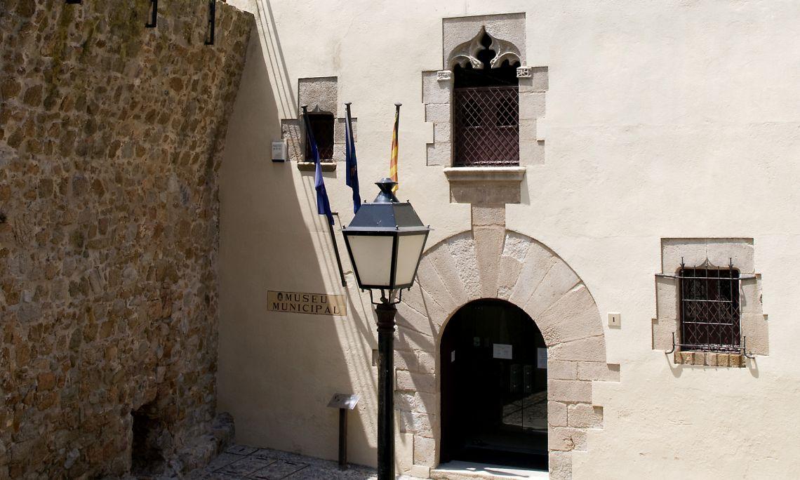 Le Musée municipal de Tossa de Mar se situe dans l'enceinte de la vieille ville (Xe-XIVe siècles), dans le bâtiment connu sous le nom de Cal Governador, Palau de Batlle de Sac ou Casa Falguera.