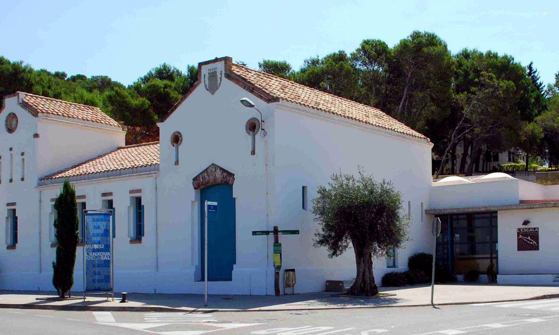Exterior del MASLE, edificio modernista de 1913. Antiguamente era el matadero municipal de L'Escala.
