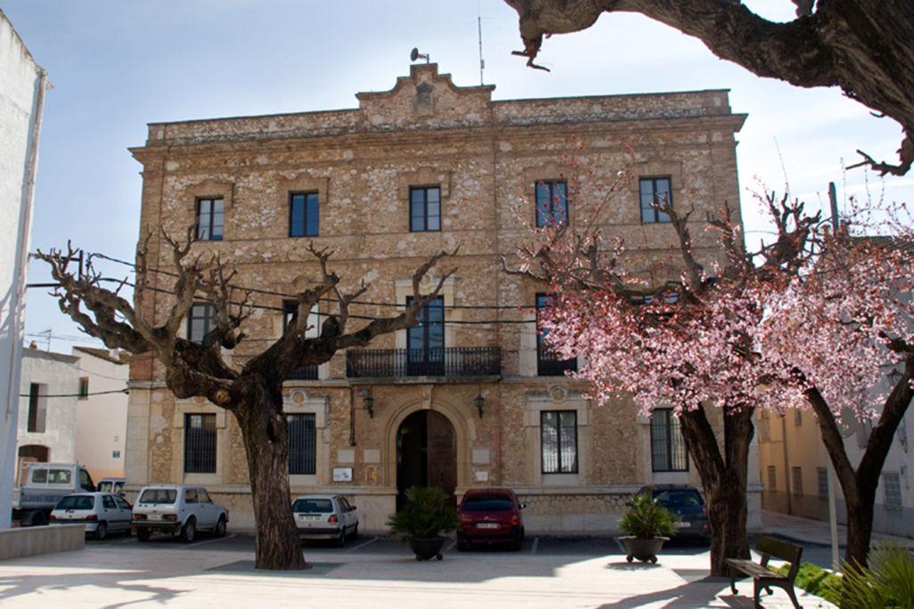 Terracota est situé au rez-de-chaussée de la mairie de la Galera. Bâtiment de 1906.