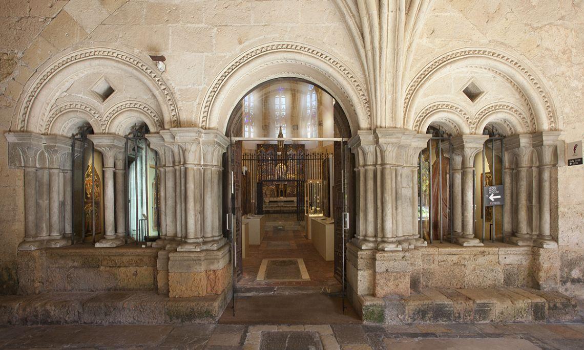 Les sales del museu estan situades en diversos àmbits al claustre de la Catedral de Tarragona.