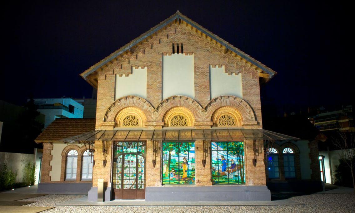 Vista nocturna de la fachada principal del museo con las vidrieras modernistas. © Xavi Olivé
