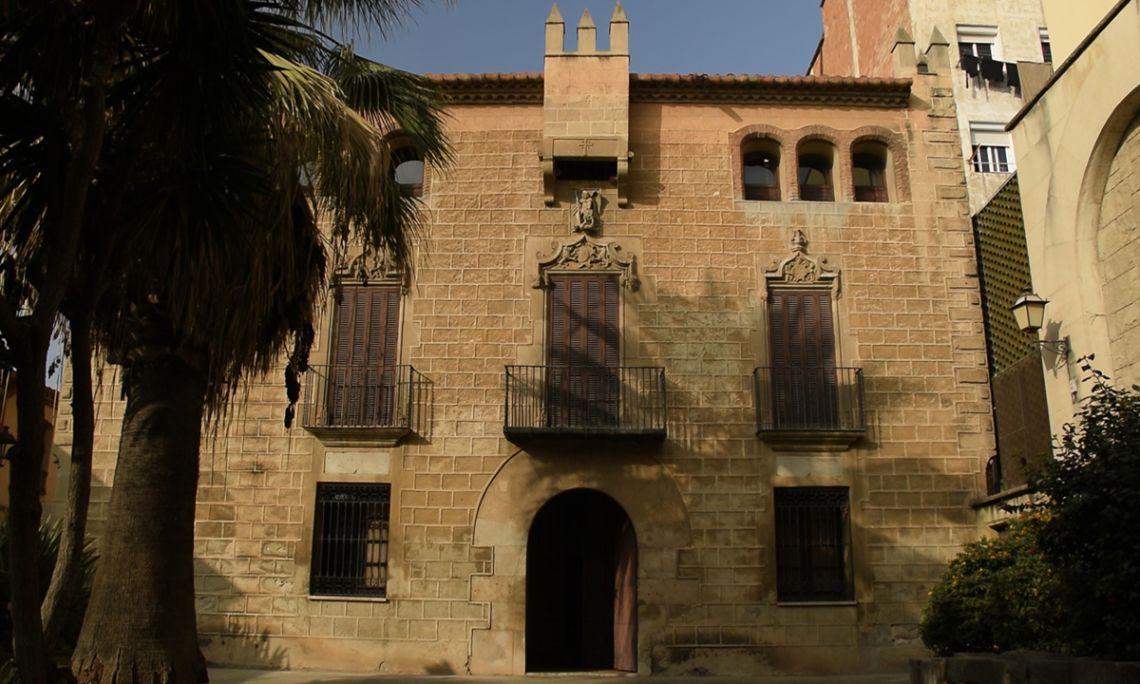 La Casa Espanya fue construida en el siglo XVI por la familia Llunell, posteriormente fue propiedad de los Molinés y, por último, de la familia Espanya