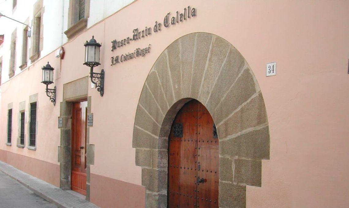 Entrada al Museu Arxiu Municipal de Calella Josep M. Codina i Bagué pel carrer de les Escoles Pies.