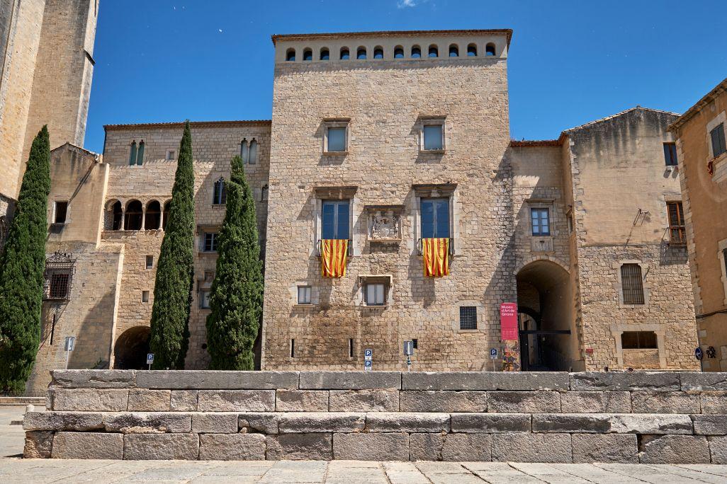 El Museu d'Art de Girona s'ubica en el majestuós edifici de l'antic Palau Episcopal adossat a la Catedral de Santa Maria.