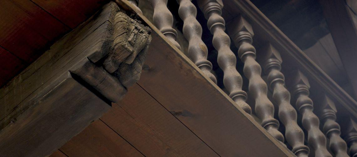 Detalle del balcón. Combina la decoración torneada y una cara humana en el soporte inferior.