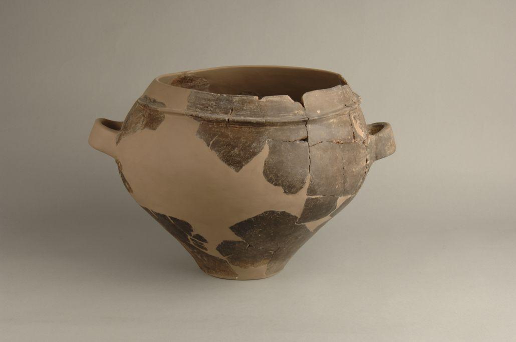 Urna troncocònica, ceràmica a mà, d'entre el 500-300 aC. Edifici singular A, Molí d'Espígol.