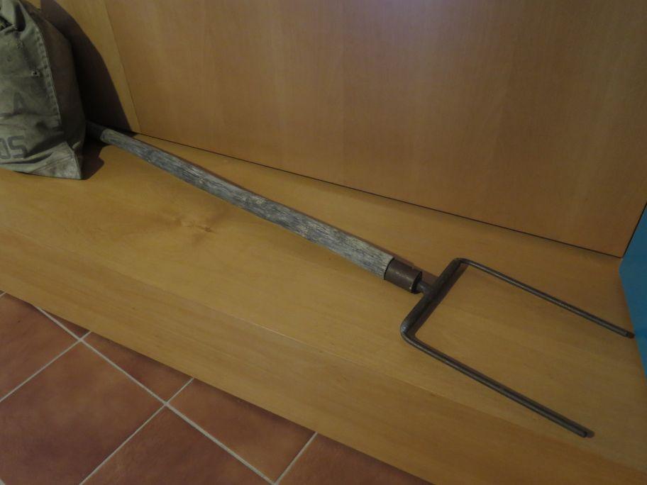 Forca del funicular. Dues pues de ferro amb un mànec de fusta. Serveix per a conduir el funicular.