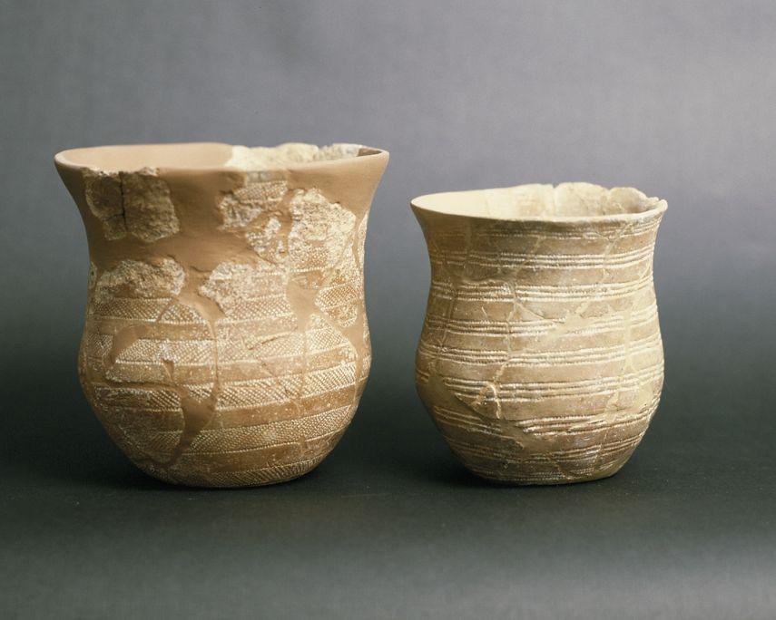 Dos vasos ceràmics, procedents de la balma de Solanells (Olius, Solsonès), del calcolític.