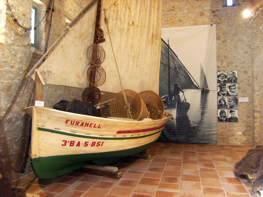 Barca de fusta aparellada com un llagut de sardinals amb xarxes, nanses, jumbines i traires al cim.
