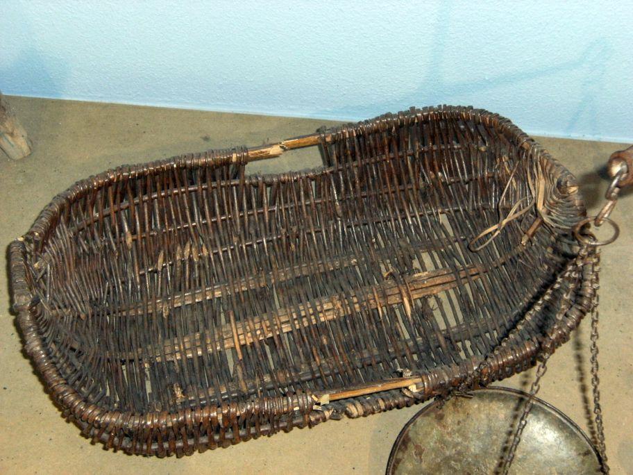 Cesta para llevar a vender el pescado hecha con ramas de olivo y malla de mimbre, de principios del s. XX.
