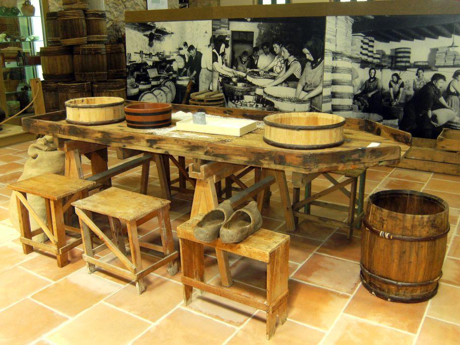 Pétrin ou la table en bois avec bord pour travailler dans les usines de salaison de poisson du début du XXe siècle.