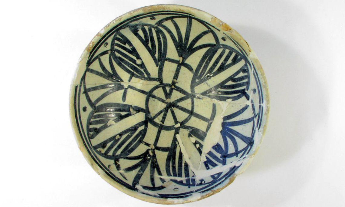 Bol de cerámica azul (s.xv) del castillo de Espasens (Fontcoberta).