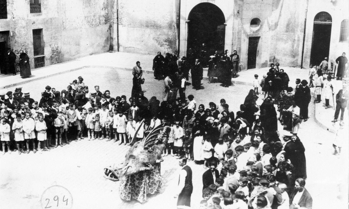 Baile del Dragón del Carme. 1928. Archivo Comarcal de la Garrotxa. Servicio de Imágenes. Colección Dou.