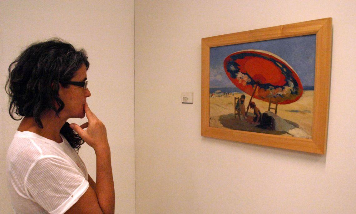 Lluís Masriera Rosés (Barcelona 1872 - 1958). Sota l'ombrel·la, c. 1925. Pintura sobre fusta. 39,5 x 52,5 cm.