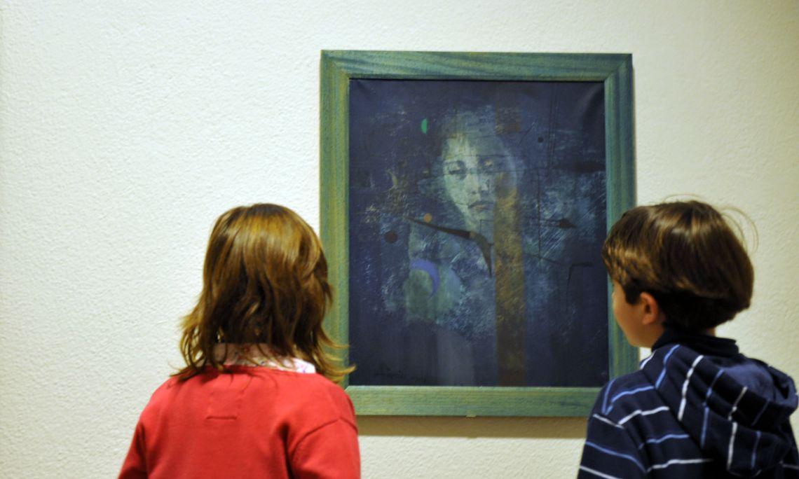 Antoni Tàpies Puig (Barcelona 1923 - 2012). Femme aux bleus,1953. Huile sur toile. 54 x 44,5 cm.