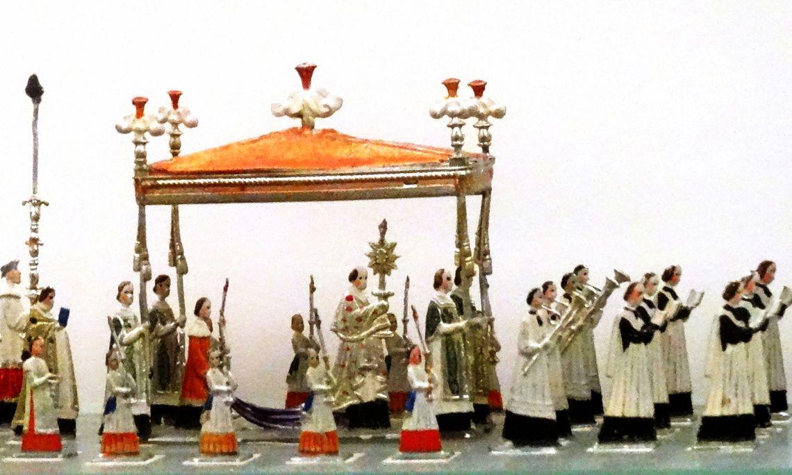 Processó feta d'estany per Heinrichsen el 1880. Hi destaca el poc volum de les figures. Foto © MJC