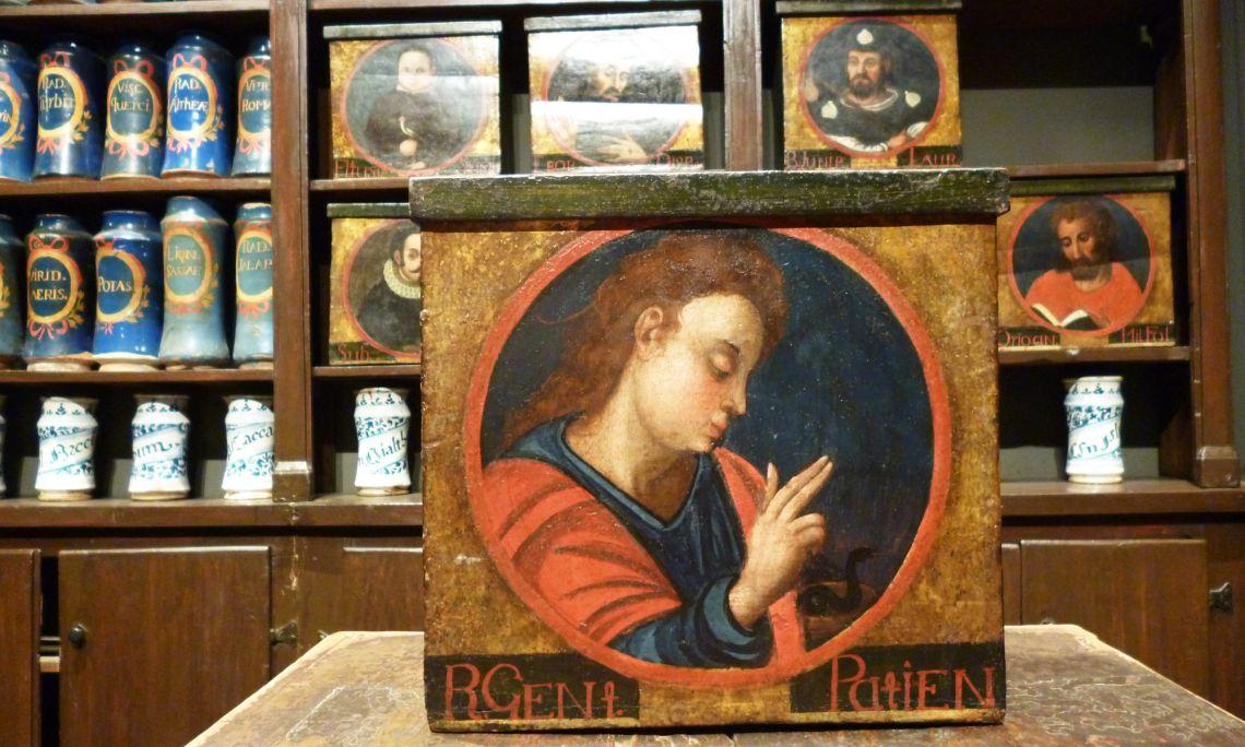 Caixa policromada d'estil renaixentista amb la imatge de Joan Evangelista.