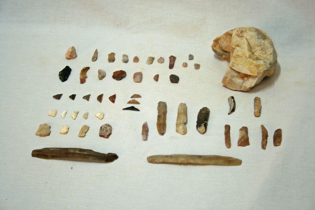 Diversos tipus d'eines lítiques exposades a l'espai de prehistòria del museu.