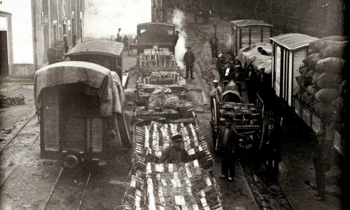 Tren cargado de azulejos en la estación de La Bisbal. Autor: Emili Casas. Archivo Comarcal del Baix Empordà (ACBE).