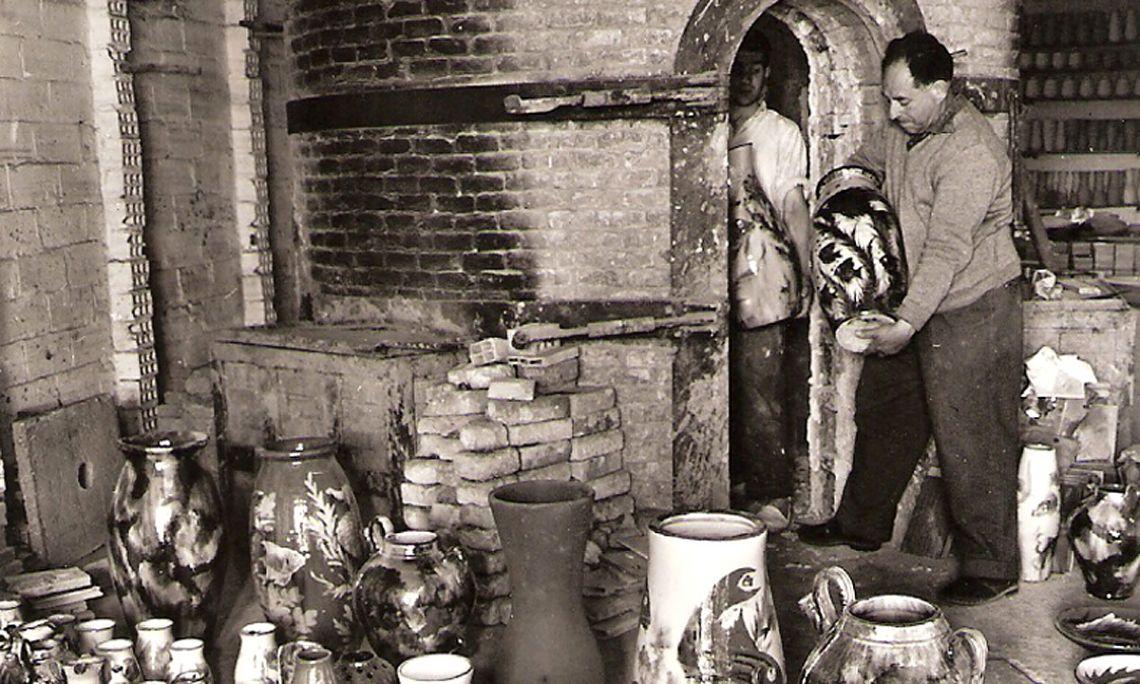 Eusebi Díaz Costa revisant una fornada de ceràmica decorativa. Fotografia: Fons d'imatges Terracotta Museu.