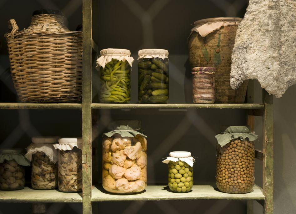 Detall d'un rebost on podem observar diverses maneres de conservar els aliments