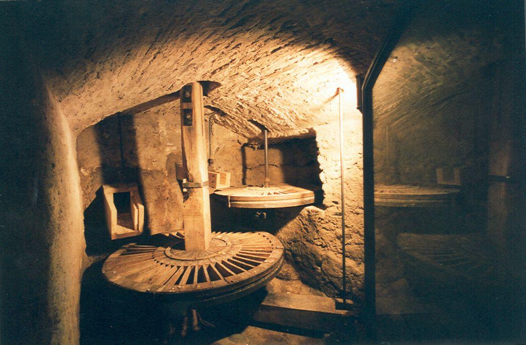 Image de la chambre d'eau du moulin des Tres Eres sans eau.