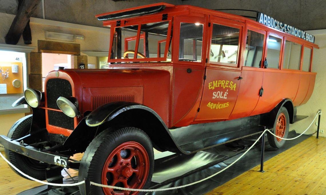 Omnibus daté de 1923 fait de bois, de tôles et de cuir, avec une carrosserie semi-métallique.