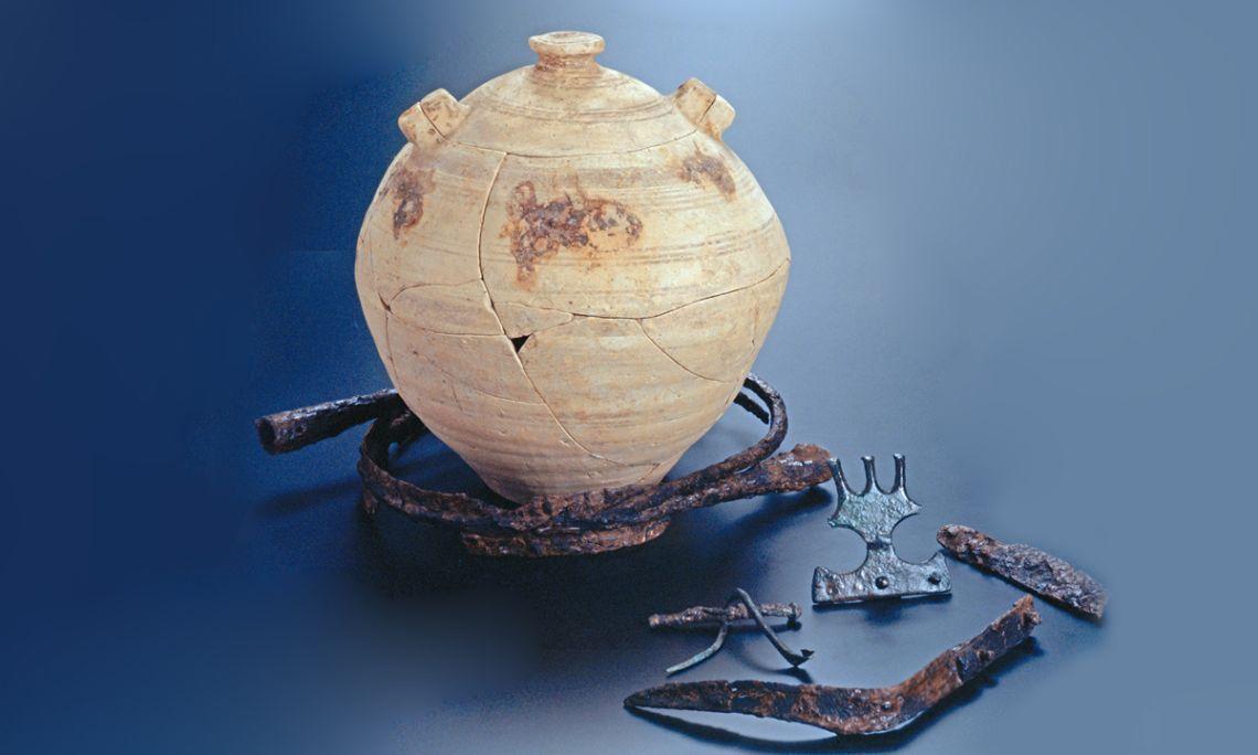 Enterrament ibèric compost per urna i aixovar procedents de la necròpolis de Mianes (Santa Bàrbara).